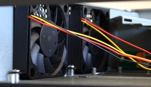 De twee 60 mm fans aan de zijwand