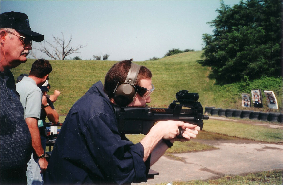 http://defensereview.com/1_31_2004/FN%20P90_4.jpg